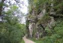 Klobenstein, függőhíd a vad hegyi folyó felett a sziklára épült templomhoz
